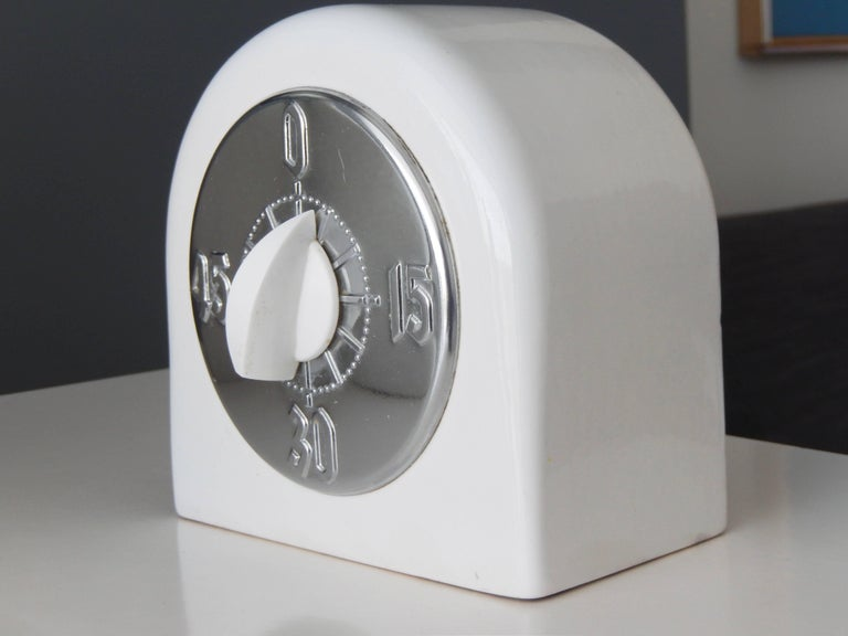 An Art Deco vintage kitchen timer with a remarkable streamlined design. Manufactured by the King -Seeley Corporation, Ann Arbor, Michigan, known for their high quality machinery and accessory products. In 1964 King-Seeley design patents and stock
