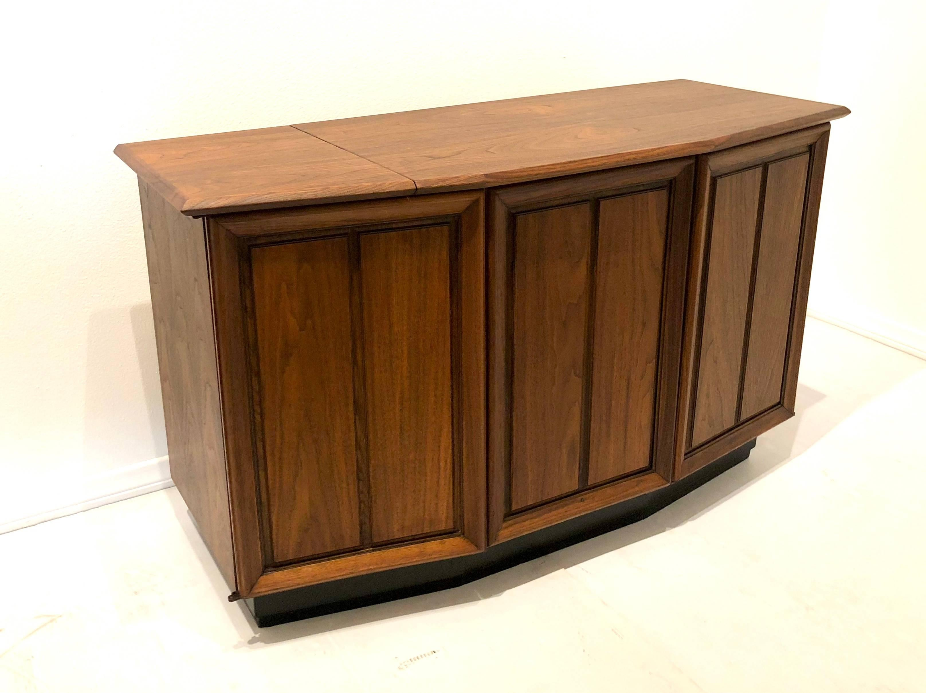 Superieur Striking Small American Midcentury Walnut Console Stereo Cabinet By The  Fisher For Sale 5