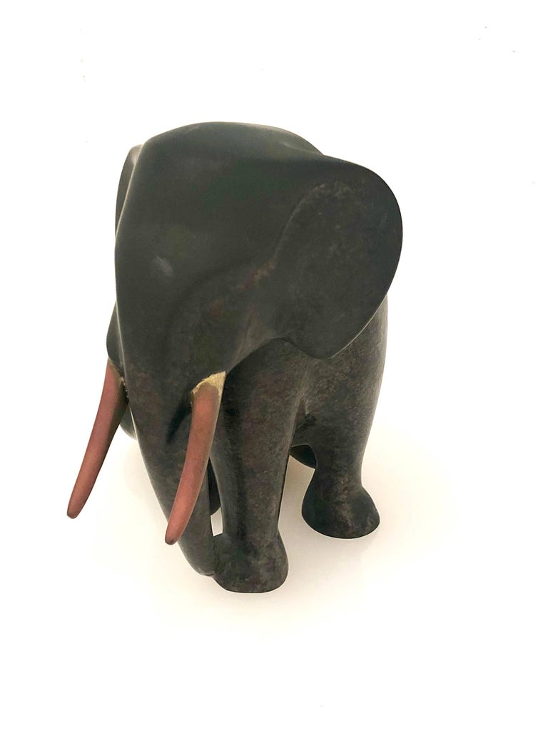 Beautiful elephant bronze for the well known artist Loet Vanderveen, nice patina and is numbered 13/1750. Signed.