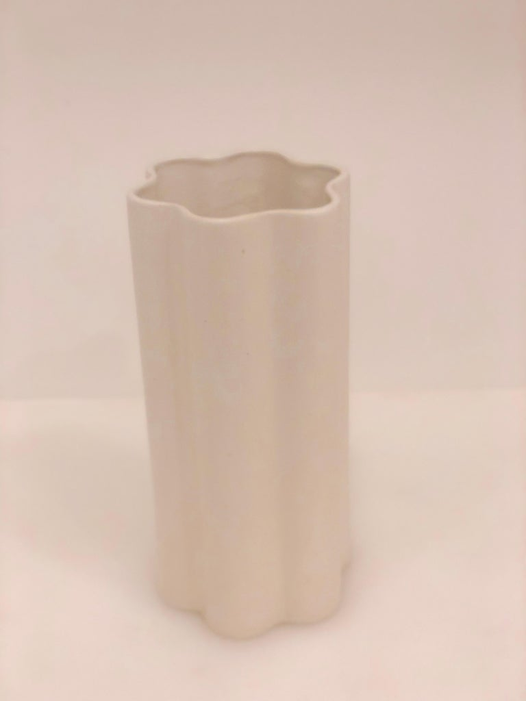 American Midcentury White Mate Tall Ceramic Vase In Good Condition For Sale In San Diego, CA