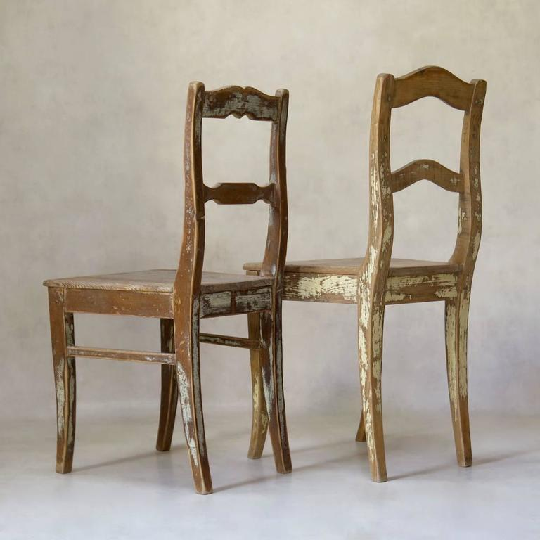 Faux-Pair of Rustic Pine Chairs, France, 19th Century In Distressed Condition For Sale In Isle Sur La Sorgue, Vaucluse