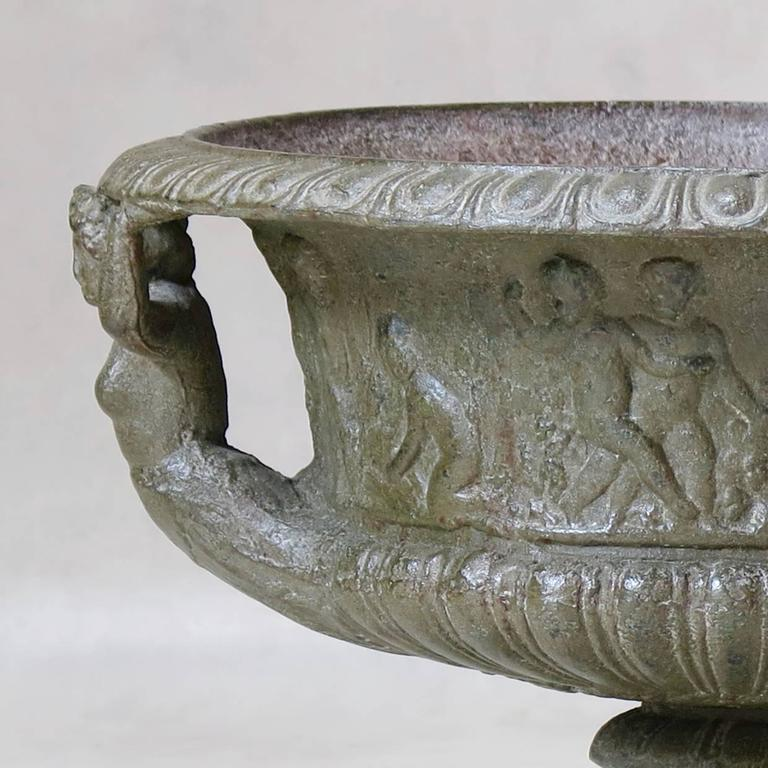 Classical Roman Elegant Pair of French Cast Iron Urns, circa 1850 For Sale