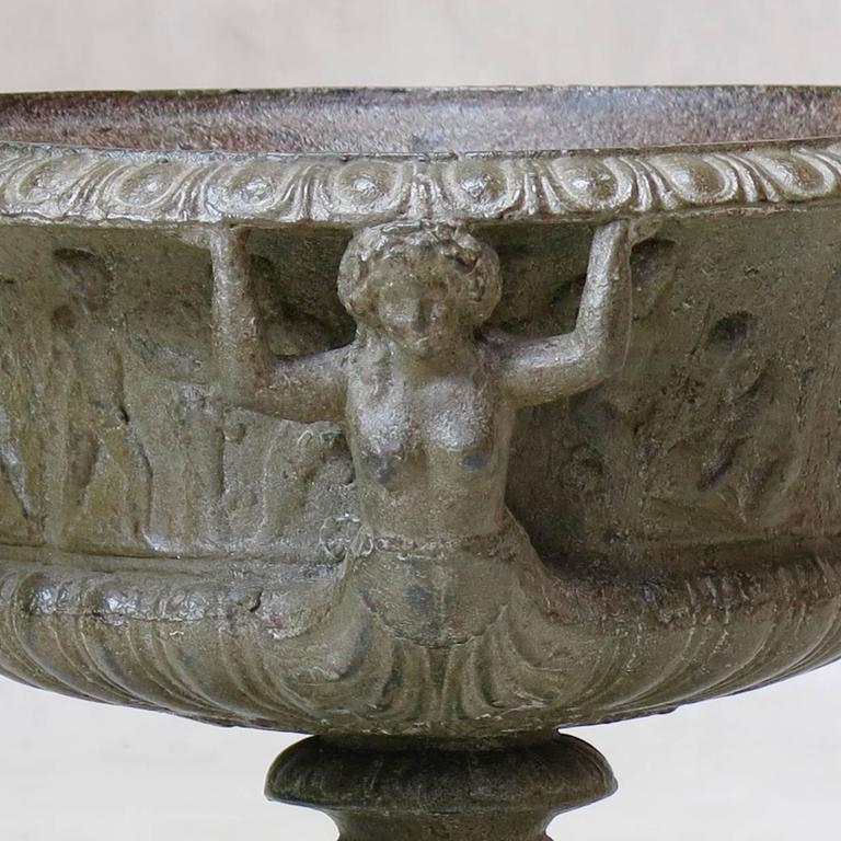19th Century Elegant Pair of French Cast Iron Urns, circa 1850 For Sale