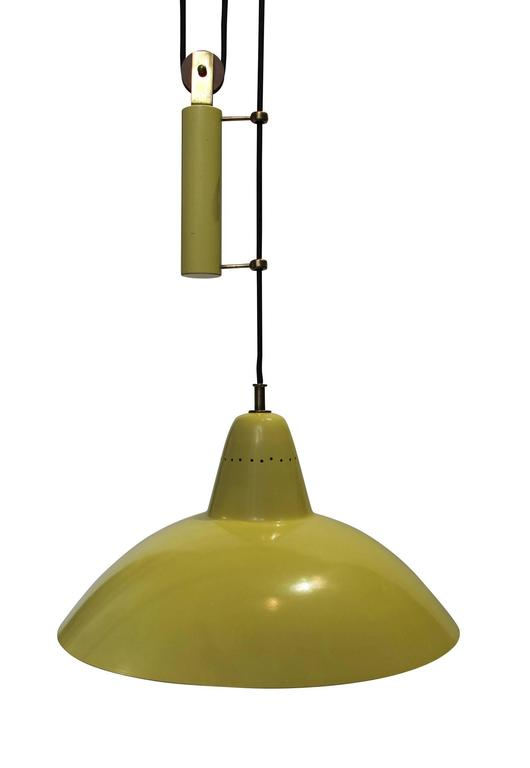 In the style of Arredoluce, sliding hanging lamp in yellow and white lacquered metal, and brass.  Height: 90 to 280 cm.