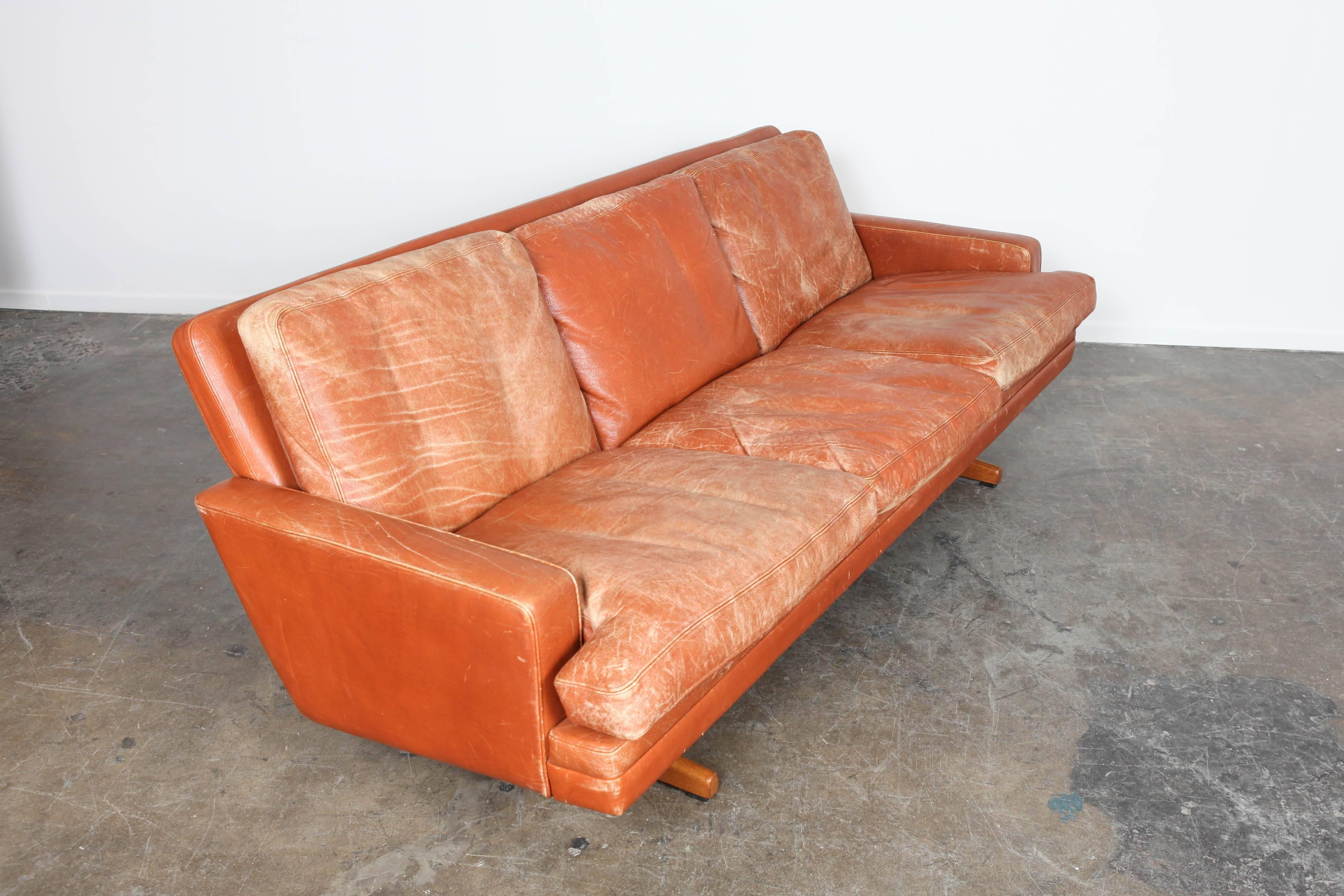 Exceptionnel Norwegian Mid Century Modern Burnt Orange Leather Sofa By Fredrik Kayser In  Good Condition