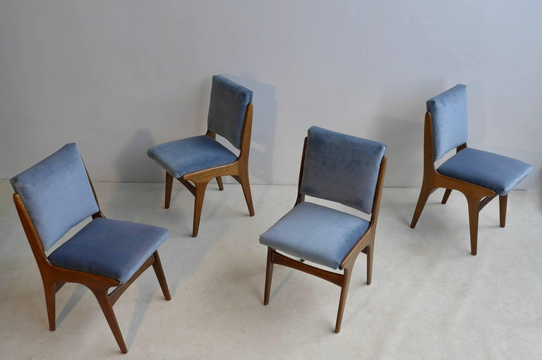 Four Dining Chairs in Ice Blue Velvet, in Style of Carlo di Carli, Italy, 1950s In Good Condition For Sale In Den Haag, NL