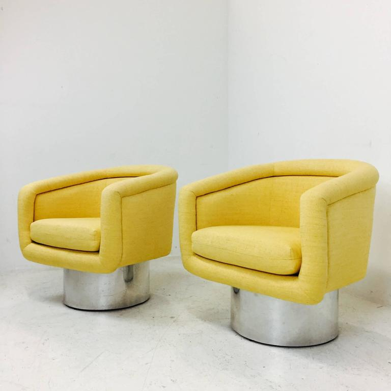 Mid-Century Modern Pair of Swivel Chairs with Polished Steel Plinth Base by Leon Rosen for Pace For Sale