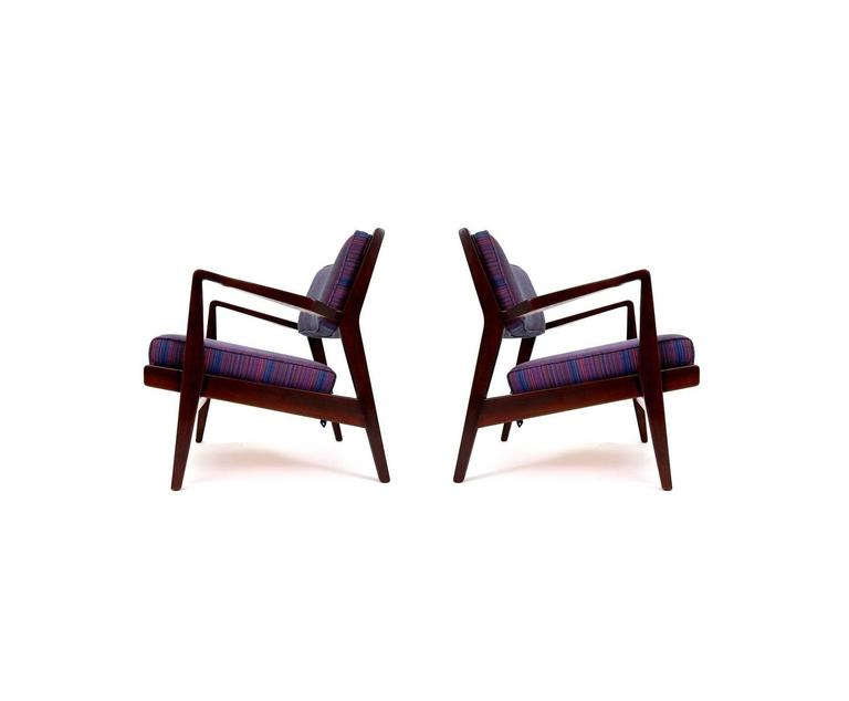 Mid-Century Modern Pair of Jens Risom Lounge Chairs in Walnut For Sale