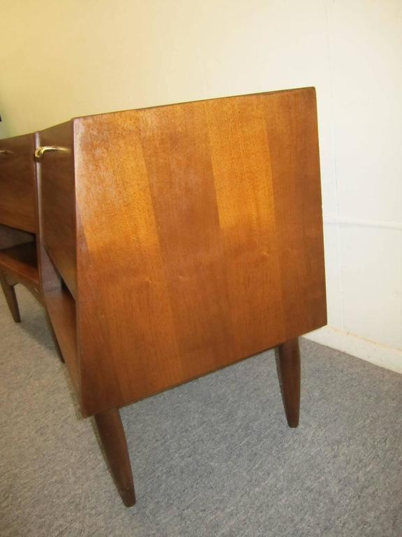 Stylish Pair of American of Martinsville Walnut Nightstands Mid-Century Modern For Sale 5