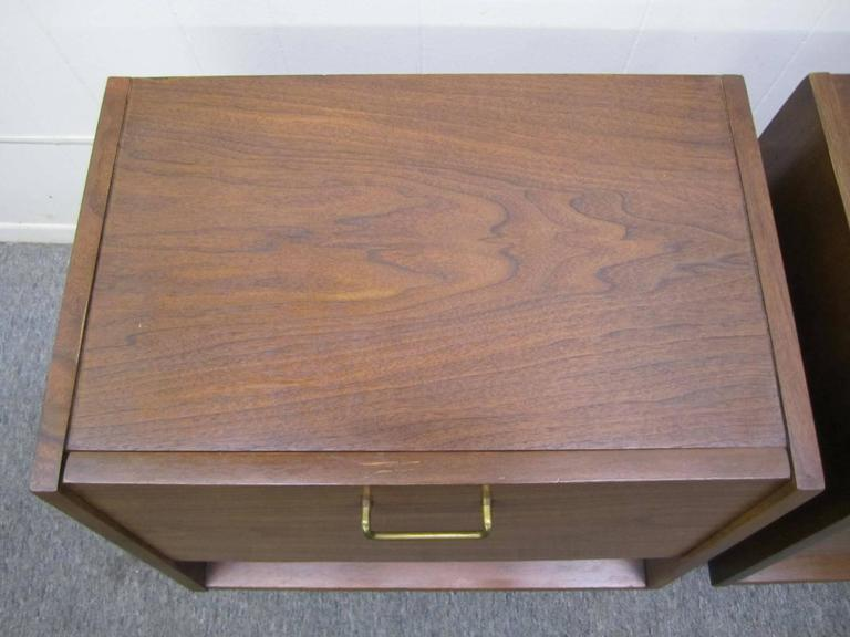 Stylish Pair of American of Martinsville Walnut Nightstands Mid-Century Modern In Good Condition For Sale In Medford, NJ