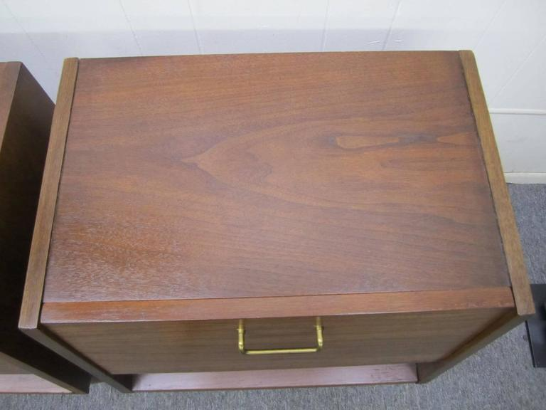 Mid-20th Century Stylish Pair of American of Martinsville Walnut Nightstands Mid-Century Modern For Sale