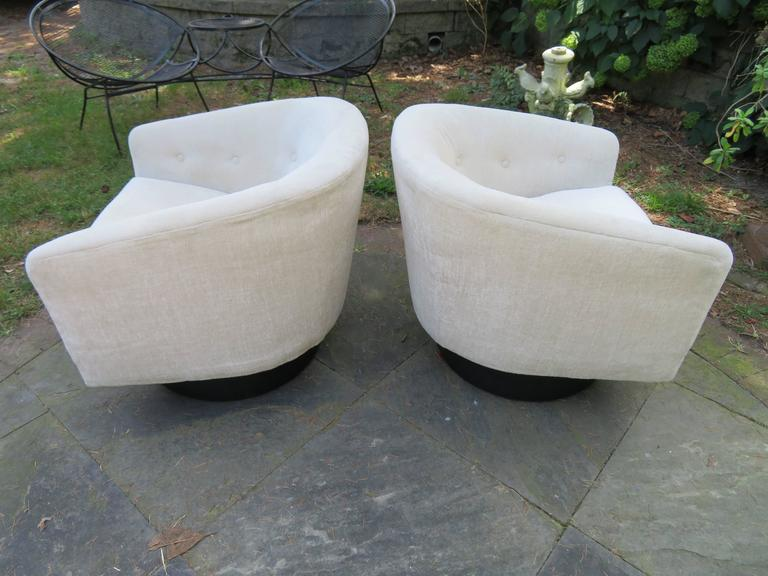 Mid-Century Modern Fantastic Pair of Milo Baughman Tall Swivel Base Barrel Back Lounge Chairs For Sale