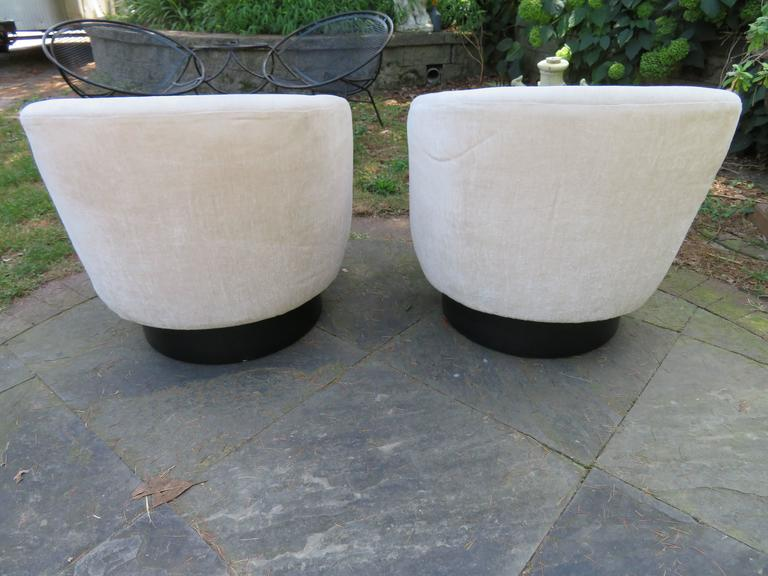 American Fantastic Pair of Milo Baughman Tall Swivel Base Barrel Back Lounge Chairs For Sale