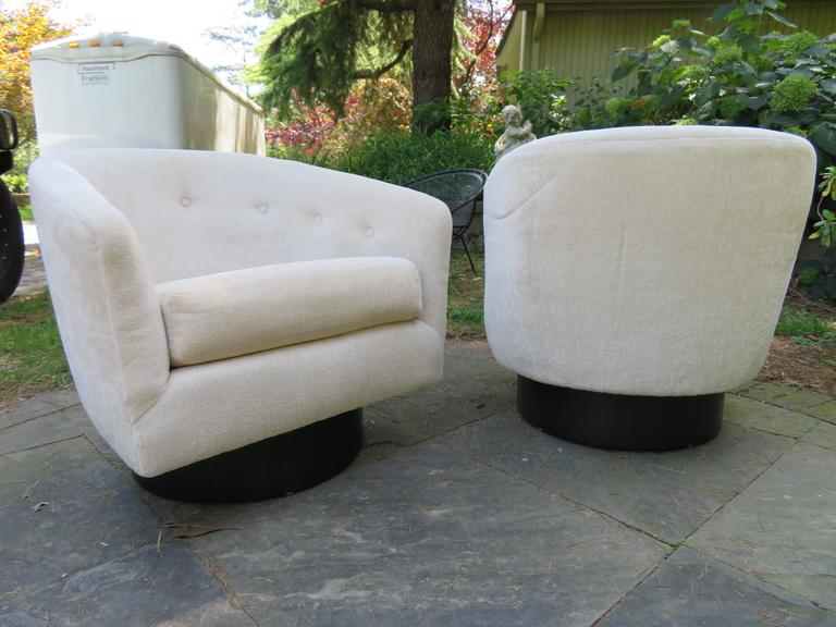 Painted Fantastic Pair of Milo Baughman Tall Swivel Base Barrel Back Lounge Chairs For Sale