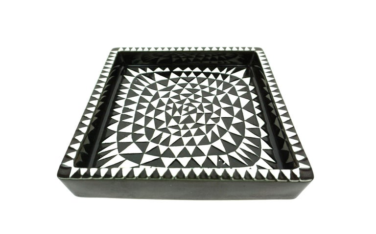 Ceramic tray model Domino designed by Stig Lindberg, produced by Gustavsberg in Sweden. -Midcentury, Scandinavian -Dimensions: H 3.5 x W 20 x D 20 cm.
