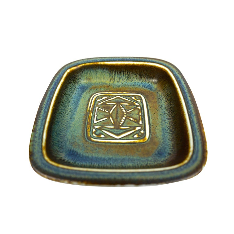 Ceramic tray designed by Gunnar Nylund, produced by Rörstrand in Sweden. -Midcentury, Scandinavian. -Dimensions: W 14 x D 13 x H 2.8 (front) 3.2 (back) cm.