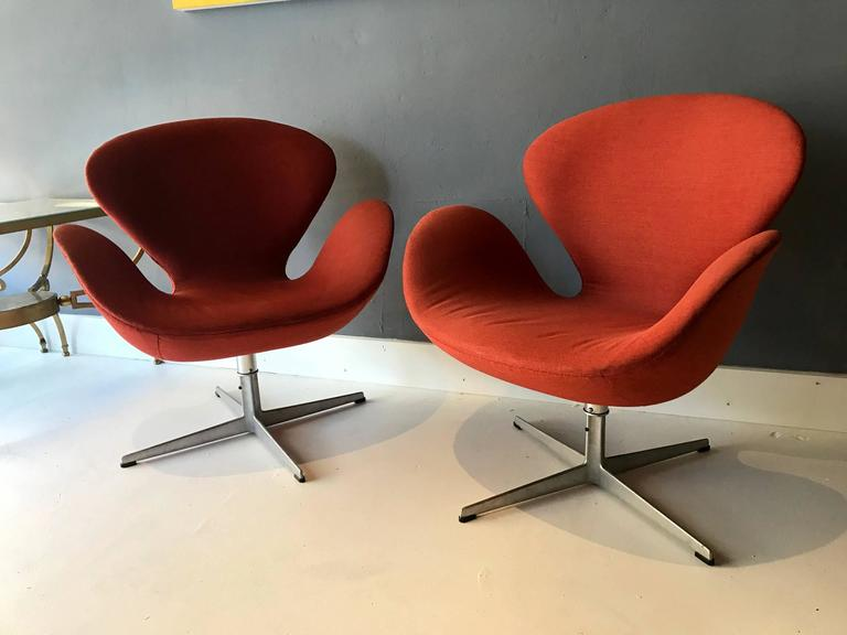 A Pair Of Vintage Swan Chairs Designed By Arne Jacobsen For Fritz Hansen Iconic Design