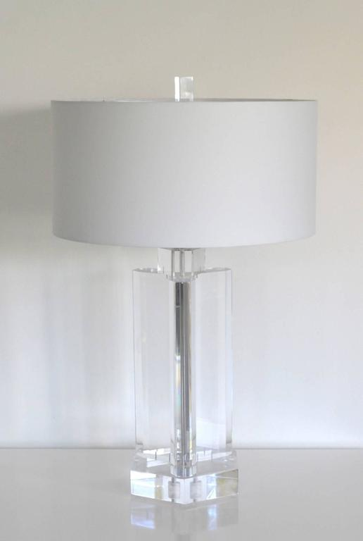 Midcentury Stunning Geometric Form Lucite Table Lamp In Good Condition For Sale In West Palm Beach, FL