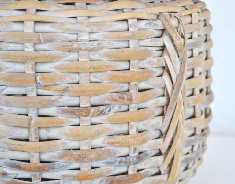 Mid-Century Whitewashed Woven Rattan Basket Form Table Lamp In Excellent Condition For Sale In West Palm Beach, FL