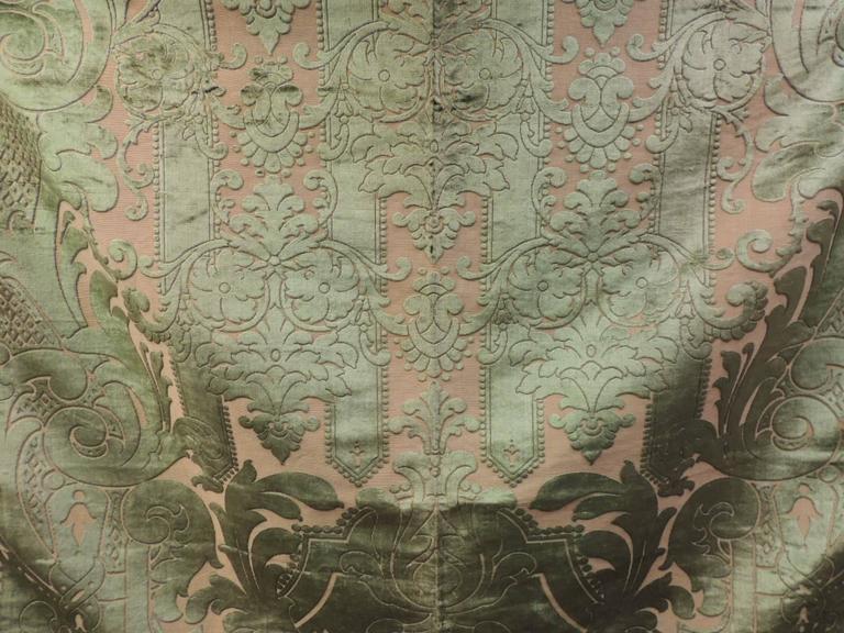French 19th century silk velvet Gaufrage green throw For Sale
