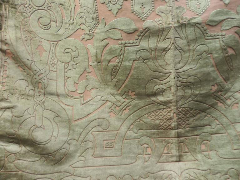 19th century silk velvet Gaufrage green throw In Good Condition For Sale In Fort Lauderdale, FL