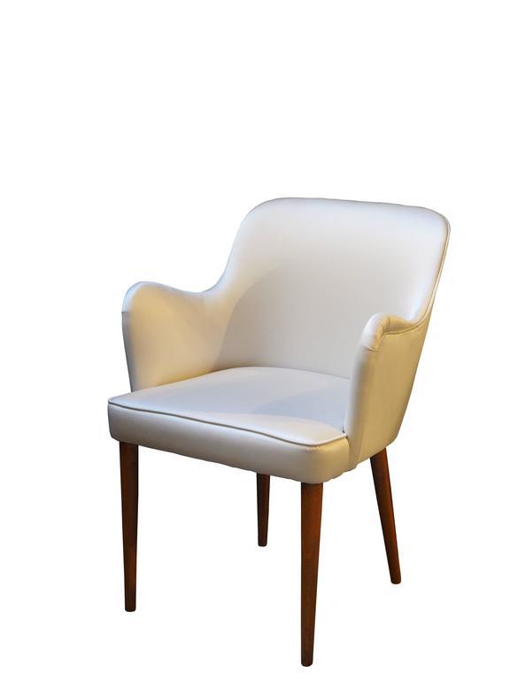 Set of two walnut armchairs, cream silk upholstered. Designed by Osvaldo Borsani, 1950s. Measures: H cm 80 x W cm 57 x D cm 57, seat height H cm 45.
