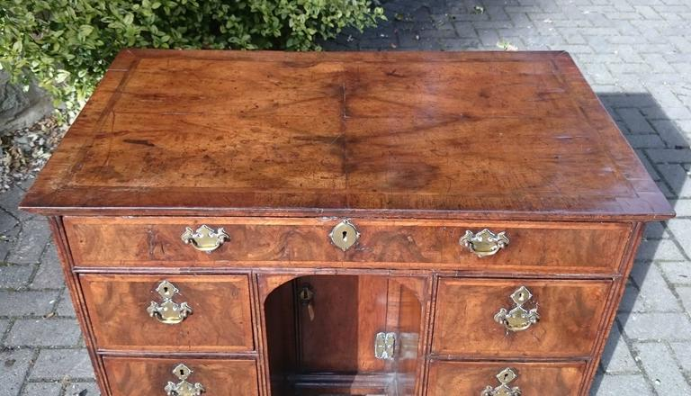 Early 18th century George I period desk made of quarter cut burl walnut  with feather banding - Early 18th Century George I Period Desk In Quarter Cut Burl Walnut