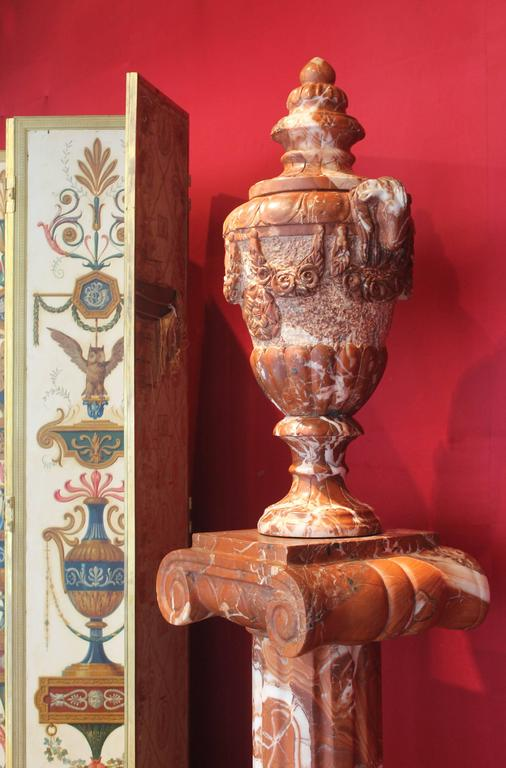 Pair of French 19th Century Red Marble Columns with Vases in Neoclassic Style In Good Condition For Sale In Firenze, IT