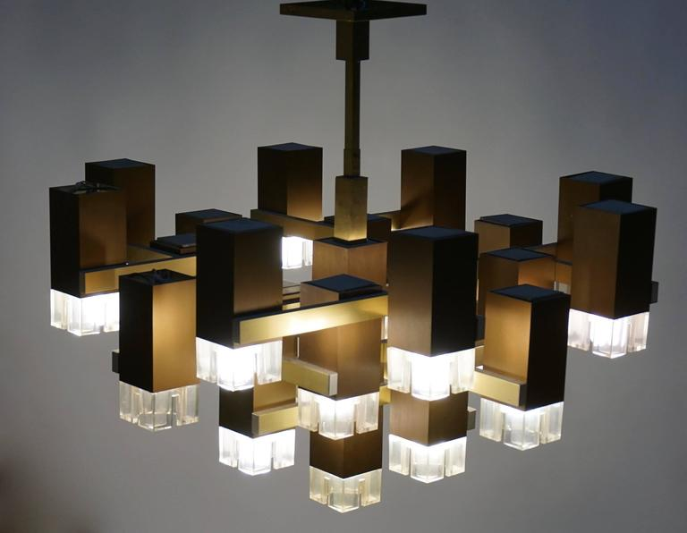 Hollywood Regency Pristine Sciolari 20 Cubic Lacquered Brass Chandelier, 1970s, Italia For Sale