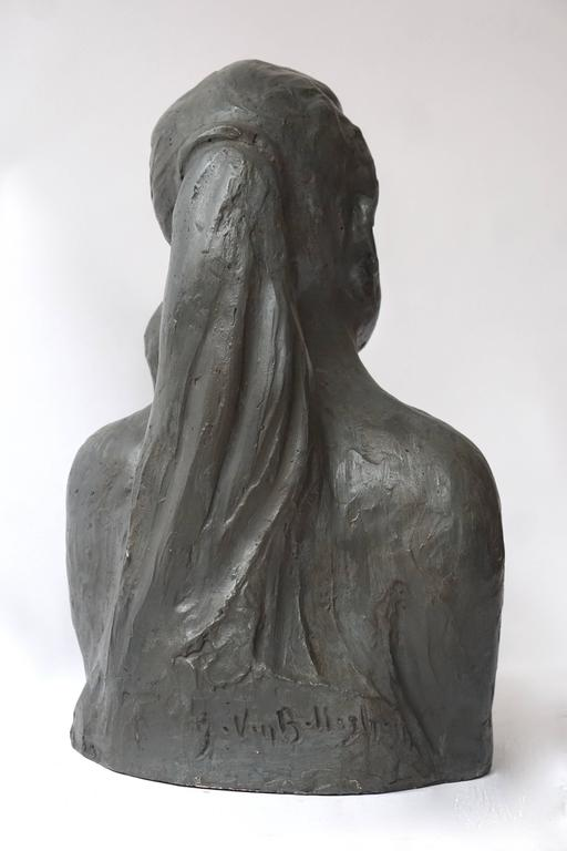 Sculpture of a Mother with Baby In Excellent Condition For Sale In Antwerp, BE