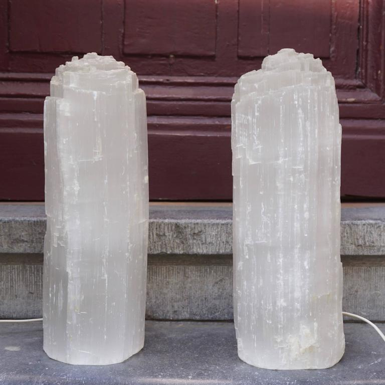One Selenite Rock Crystal Quartz Table Lamp In Good Condition For Sale In Antwerp, BE