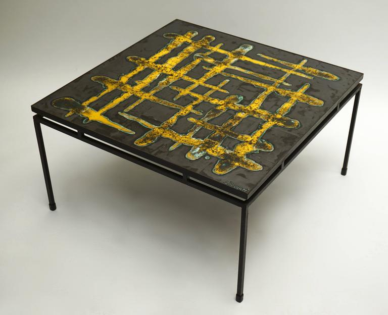 Ceramic abstract 1950s coffee table. Signed. Measures: Height 42 cm. Width 78 cm. Depth 78 cm.