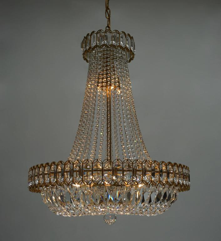 Crystal and Brass Chandelier In Excellent Condition For Sale In Antwerp, BE