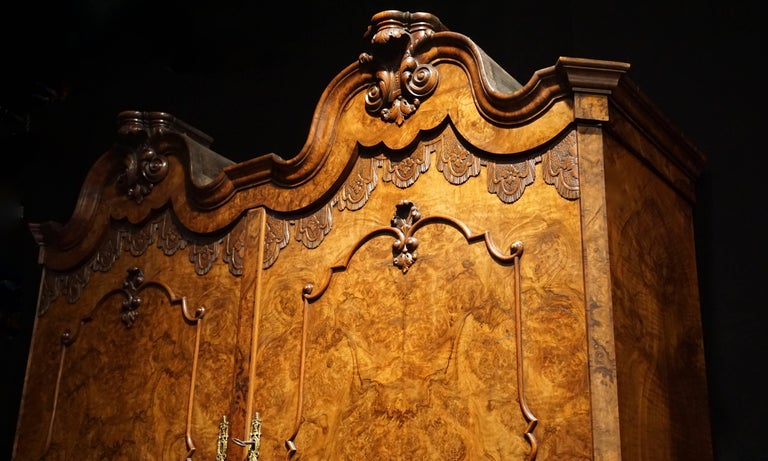 Fine Dutch Baroque Double Domed Burled Walnut Cabinet In Good Condition For Sale In Antwerp, BE