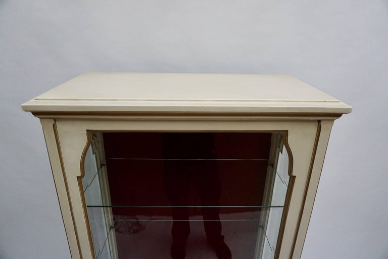 A Cream and Gold Painted Wood and Glass Showcase Vitrine For Sale 1
