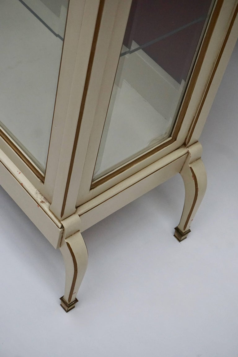 A Cream and Gold Painted Wood and Glass Showcase Vitrine In Good Condition For Sale In Antwerp, BE