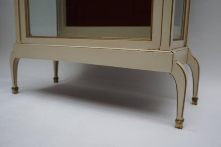 A Cream and Gold Painted Wood and Glass Showcase Vitrine For Sale 4