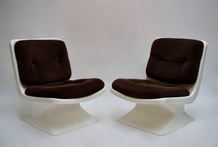 Beautiful and rare pair of lounge chairs edited by Grosfillex Designer Albert Jacob: Lounge chair (Seat height 38 cm) in ABS with cushions in brown woven fabric.