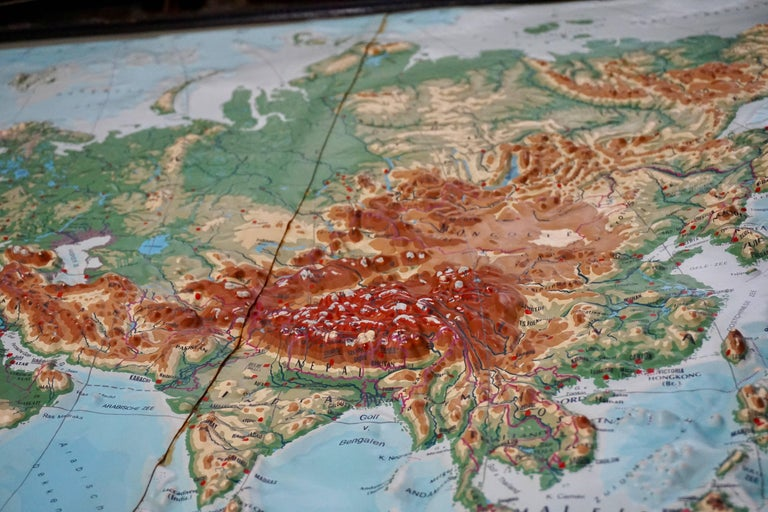 World Relief Map In Good Condition For Sale In Antwerp, BE