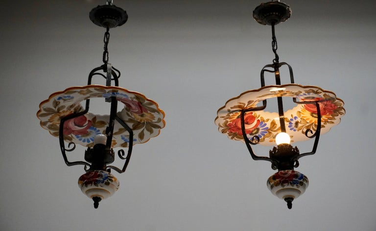 Two porcelain and black metal pendant lights or lanterns. Measures: Diameter 42 cm. Height fixture 53 cm. Total height with the chain 73 cm. One E27 bulb.