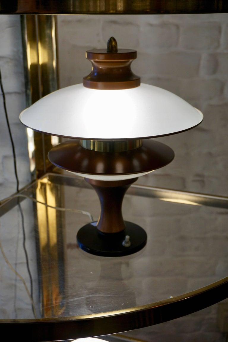 Rare Italian ufo table lamp. Measures: Height 34 cm. Diameter 29 cm.