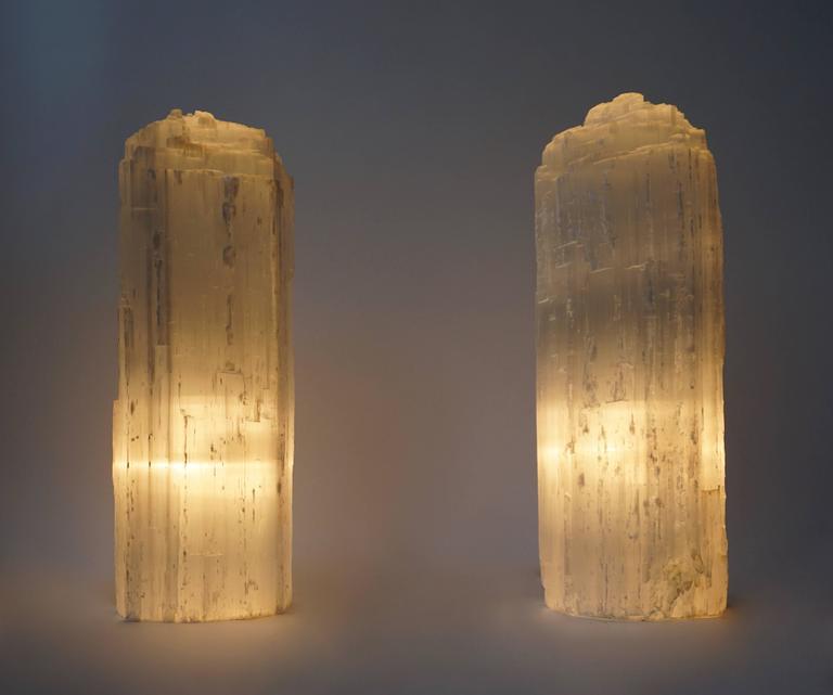 One Selenite rock crystal table or floor lamp. Measures: Height 42 cm. Diameter 14 cm.