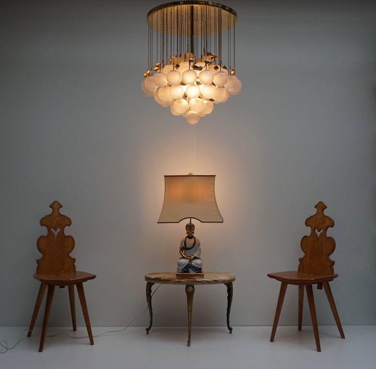 Brass and glass chandelier. Measures: Diameter 54 cm. Height 54 cm. Four E27 bulbs.