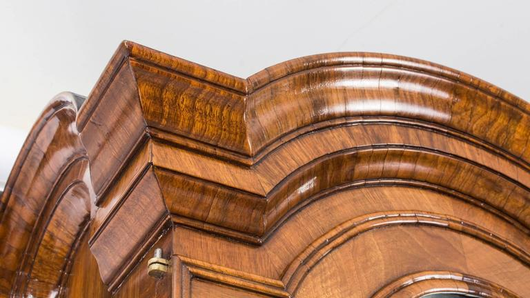 Here we have a very fine Antique Queen Anne Double Dome Bureau Bookcase in Burr walnut and dated by our experts to have been made around 1720.  Although Queen Anne actually reigned from 1702 until her death in 1714, furniture made after that period