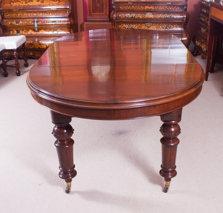 English 19th Century Victorian Oval Extending Dining Table For Sale