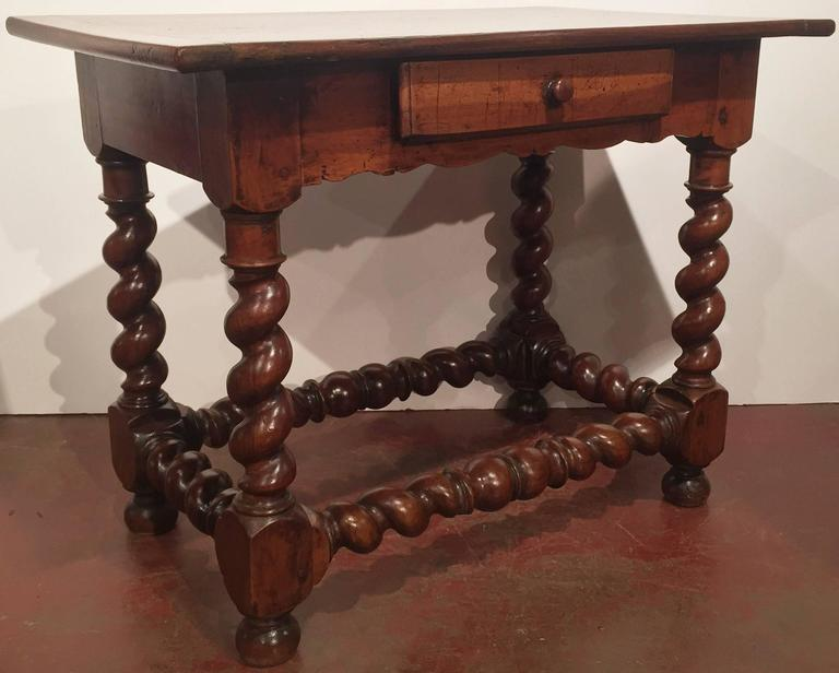 18th Century French Louis XIII Walnut Barley Twist Side Table In Excellent  Condition For Sale In