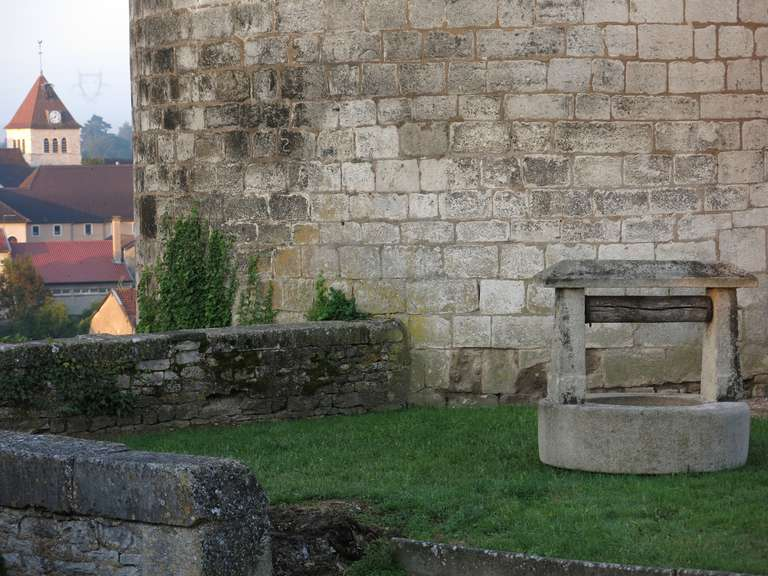 Rustic Chateau Wishing-Well in Limestone from France, Late 18th Century For Sale