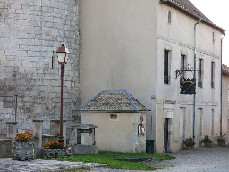 French Chateau Wishing-Well in Limestone from France, Late 18th Century For Sale