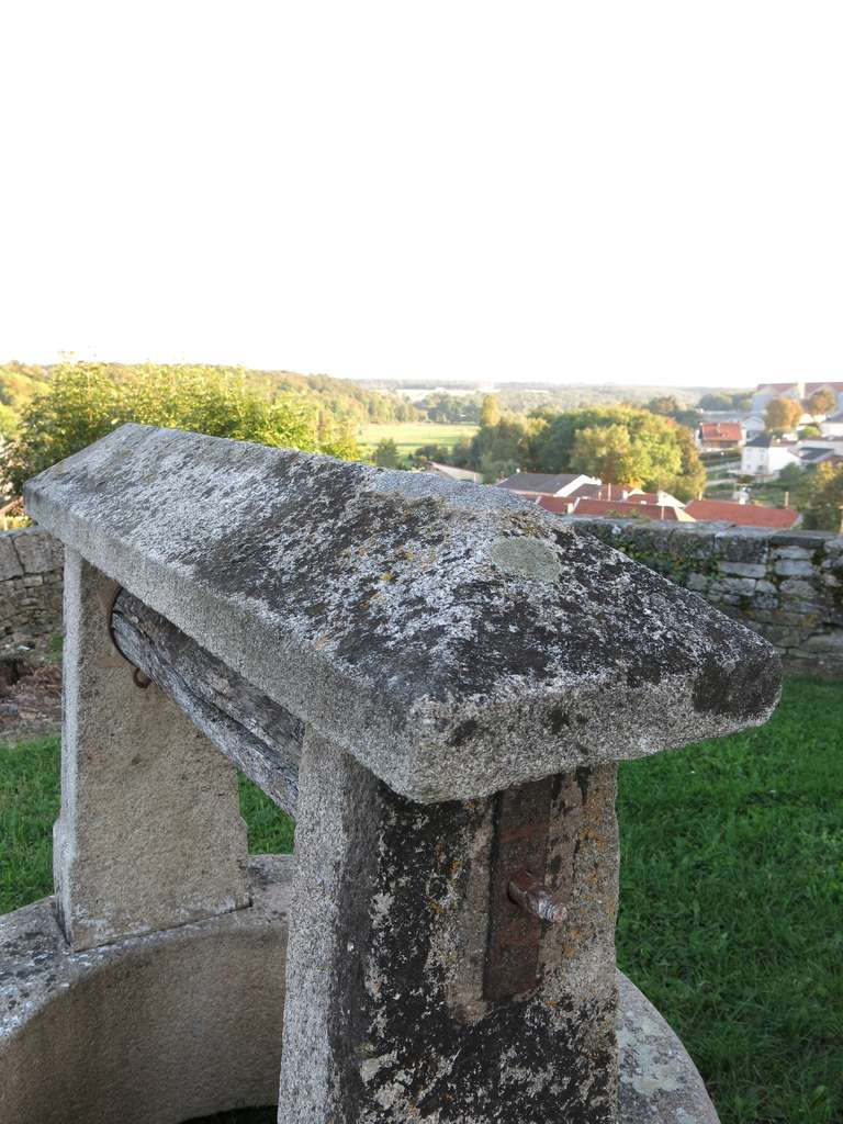 Chateau Wishing-Well in Limestone from France, Late 18th Century For Sale 2