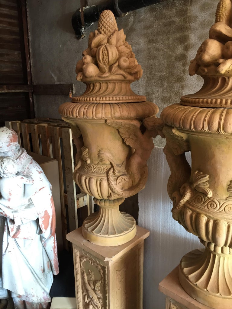 Beautiful pair of Renaissance Mediterranean style urns in terra cotta, late 20th century. Interior and exterior display possible, great condition.